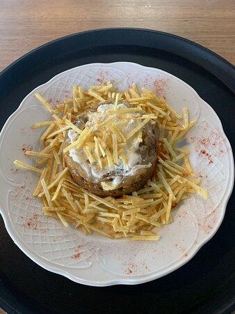 Timbal de morcilla sobre cama de patatas paja