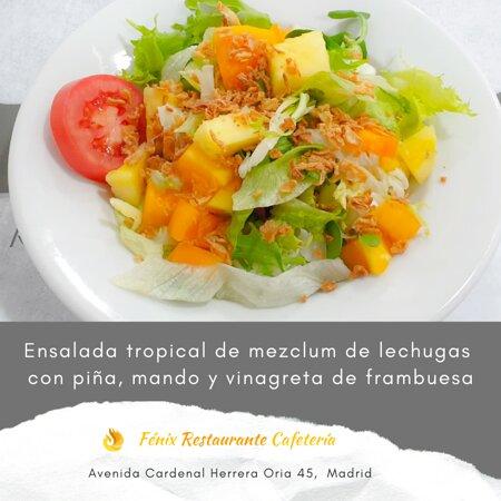 Ensalada tropical de mezclumde lechugas con piña y vinagreta de frambuesa