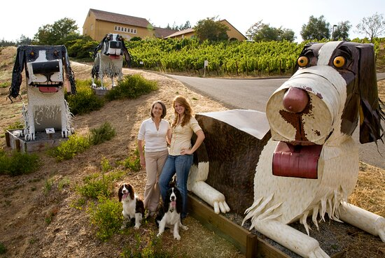 Sebastopol, CA: We love our statues welcoming our guests to the estate!