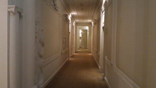 В одном из холлов гостиницы