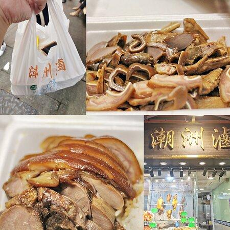 潮滷飲食文化深入基層生活,斬料除了叉燒燒鵝,最常出見就係滷水料 以前屋企,返大陸,總之由那邊買2-3隻大鵝回香港,一隻大鵝吃三四天是等閒事 而且那邊買的比較重咸味,香港滷味道,因時間而久而改良,更合適我們本地人吃 一口滷水豆腐一口可樂亦可以很有型,同鄉閒聊幾句,總覺親切 灣仔有間潮州滷,主打平民價滷水斬料,也有飯盒外賣,抵食夾大件 色深才叫滷味,刀工要有巧,每件都要切得差不大細 滷汁乾淨不油膩,明顯做過多重功夫隔走雜質,將醬汁入包,食之前先倒出沾來吃 細節位重視,滷水也可以很柔情細緻,慢慢食到獨特既清香,不會死咸重鹽     上一代就係靠呢一滷將全家養大,潮洲佬粗豪但克苦,值得敬佩  一鍋滷汁,就是他的秘密武器 滷蛋入味,豬耳脆爽,鴨翼滋味,識食一定食埋滷豆腐! 年青人唔想食鵝片鴨片也有滷雞脾買,只賣13蚊一隻! #滷水 豬蹄  肉厚皮爽不膩口, 加菜或者搭配啤酒一流 #潮洲滷 灣仔店 地址:灣仔石水渠街1-13 號其發大廈地下8號舖 電話:3702 0068 營業時間:10:30AM-7PM