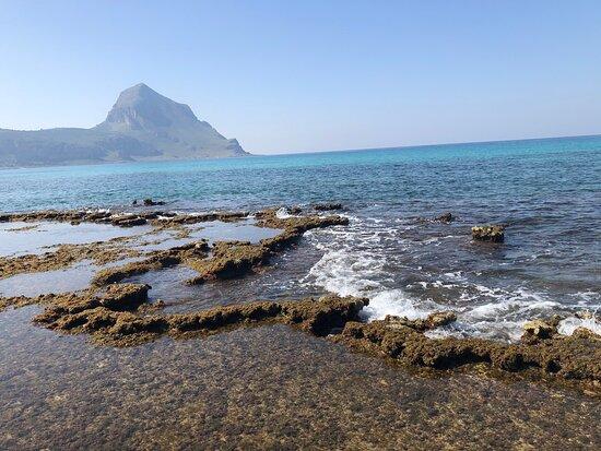Castelluzzo, Italia: Le onde 🌊 sbattono leggere sugli scogli .....