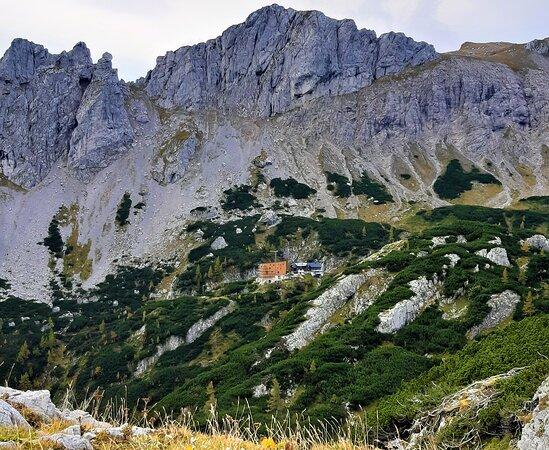 สติเรีย, ออสเตรีย: This is our old and our new hut in front of the Edelspitzen and the Karlmauer. The rocks are great for climbing!