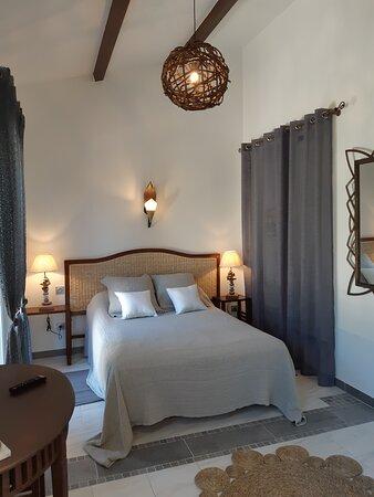 Chambre Bali - salle de bain semi ouverte sur la chambre, douche italienne et WC