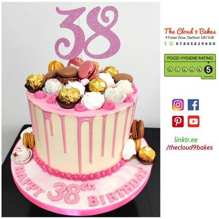 Ντάρτφορντ, UK:  Pink drip cake topped with macarons and chocolates