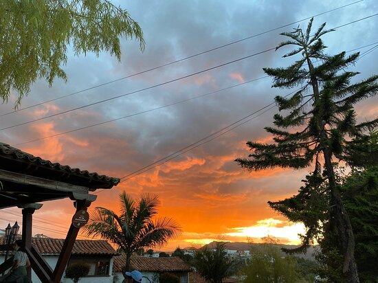 Guatavita, Colombia: ¡Disfruta de los mejores atardeceres de nuestro bello municipio, acompañado de un excelente vino caliente!