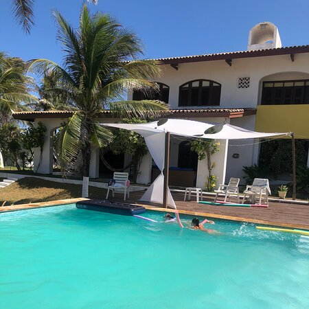 Linda casa frente mar para aluguel por temporada - Praia da Caponga  Whats e valores discriminados na foto.