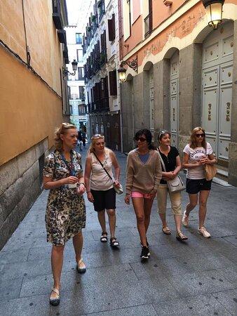 Madryt. Agnieszka podczas spaceru z grupą po centrum Madrytu.   @coWmadrycie, to licencjonowani przewodnicy po Madrycie i okolicach. Zapraszamy na wspólne zwiedzanie Madrytu i jego okolic, a także innych regionów Hiszpanii.  Więcej na stronie https://www.cowmadrycie.pl/