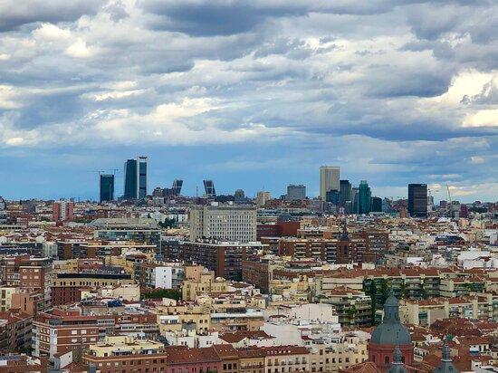 Madryt. Widok jaki się rozpościera z tarasu hotelu RIU. Hotel znajduje się przy placu Hiszpańskim.   @coWmadrycie, to licencjonowani przewodnicy po Madrycie i okolicach. Zapraszamy na wspólne zwiedzanie Madrytu i jego okolic, a także innych regionów Hiszpanii.  Więcej na stronie https://www.cowmadrycie.pl/