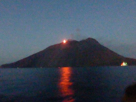 Aeolian Islands, Itálie: STROMBILI - LA SCIARA DI FUOCO  Sulla destra la nave AMERIGO VESPUCCI  illuminata con i colori della bandiera