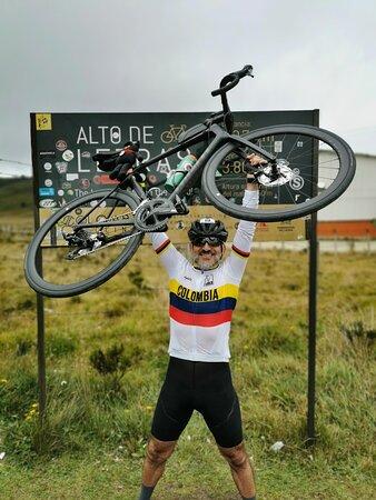 """Alto de Letras"" Tour: The Longest Climb in the World: Ese indescriptible placer de levantar tu bici en señal de triunfo al completar un reto tan lindo como Letras."