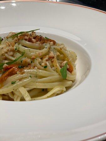 Linguine aglio, olio evo, peperoncino e ricci.