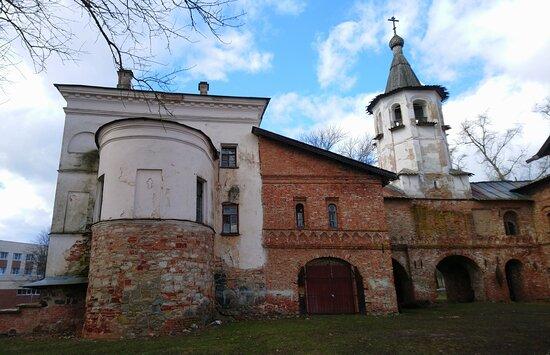 Церковь Михаила Архангела с большой апсидой. Вид с востока. Правее едет  пристройка, где раньше находился придел, затем галерея и колокольня.