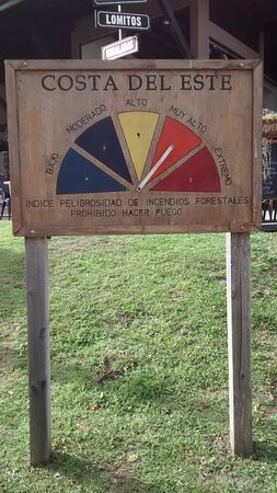 Cartel en Paseo Mago Ju: Costa del Este, Partido de la Costa, Pcia. Bs.As. - Argentina 2020.
