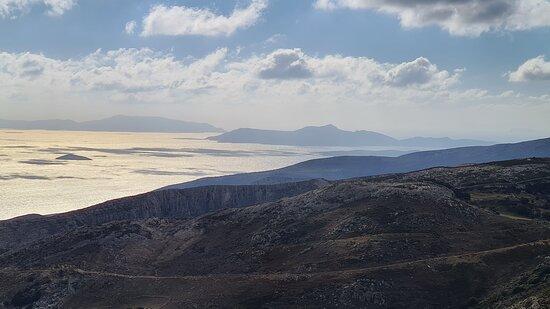 Ganz im Hintergrund - Amorgos.
