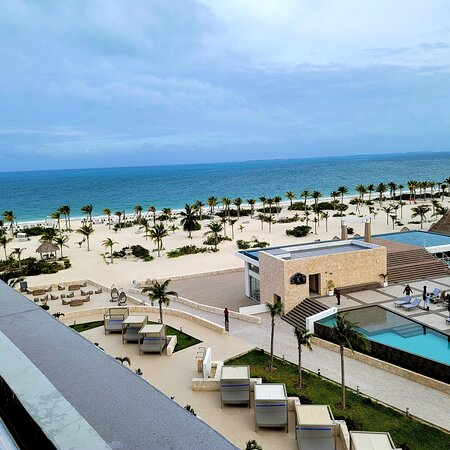 North of cancun majestic elegance playa resort has Excelente servicio, friendly staff. Modern Room with the best swiimout pool with bar.  All restaurants close to entertainment. Lobby bar also has activities in the evening.