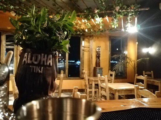 Colonia del Sacramento, Uruguay: Nuestro entorno. Aloha es un Resto - Bar temático y para nosotros cada detalle cuenta. Quizás la perfección no sea el objetivo, pero los detalles que te hagan sentir en un lugar diferente si. Aquí todos los rincones tendrán algo diferente para apreciar, incluso el mismo techo con sus estructuras de cañas colgantes.