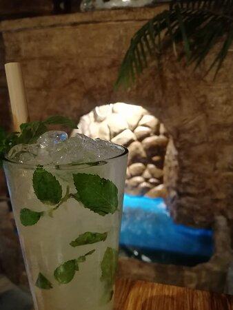 Colonia del Sacramento, Uruguay: El clásico Mojito pero de la casa. En Aloha Tiki Resto Bar, los mojitos son XL y se sirven en vasos de 480ml. Realmente muy recomendables!