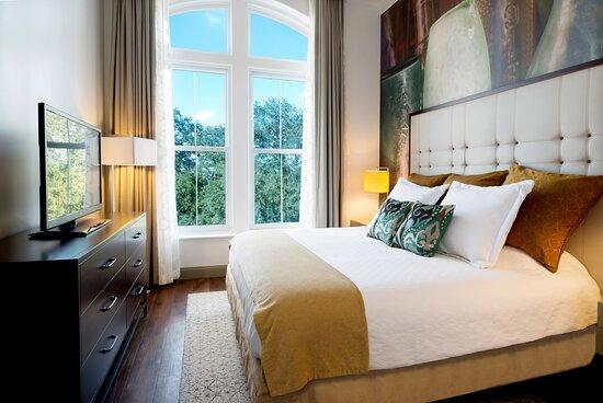 Hotel Indigo Savannah Historic District Suite Bedroom