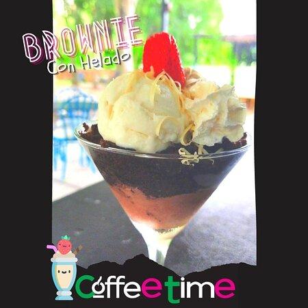 Copa de helado con base de Brownie, Se sirve el brownie calientito con helado de vainilla y chocolate. Aunque puedes elegir más sabores.