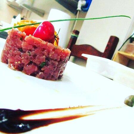 Tartar di tonno rosso con ancienne (senape antica) citronette ed erba cipollina