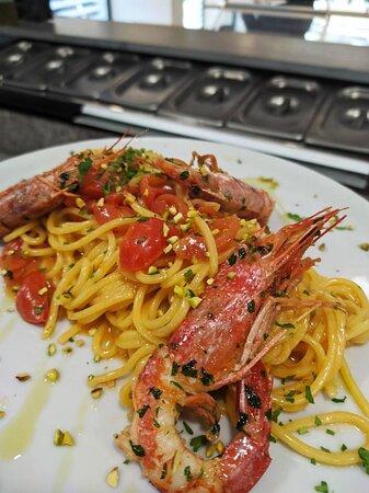 Spaghetti con gamberoni e pistacchi di bronte