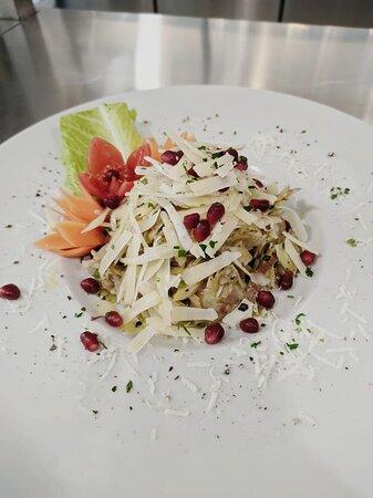 Insalata di carciofi melograno e scaglie di parmigiano