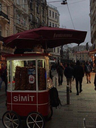 İstanbul Beyoğlu Eski İstanbulu yaşamak meyhane kültürünü tanımak istiyorsanız buyurun Beyoğlu'na.Pera,İstiklal Caddesi ile Fransız,Rum Türk sentezini mimari ile yemeklerle keşif edin.