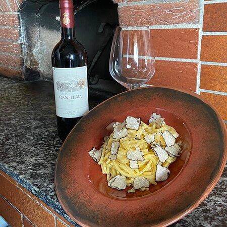 Leckere selbstgemachte Pasta im Parmesanlaib geschwenkt mit Trüffel...  Ein Genuss