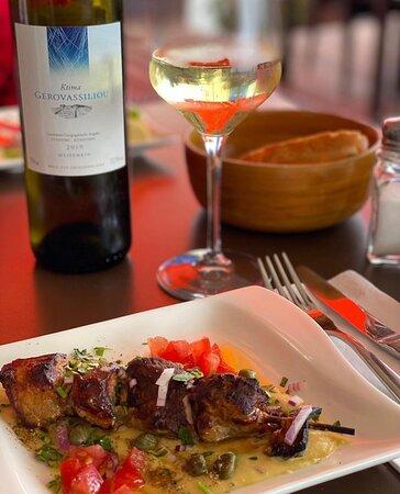 Unser saftiges Lamm-Souvlaki mit einem dem passenden Weißwein aus Griechenland.