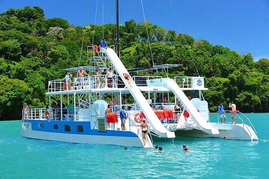 Ecoaventura en catamarán con todo...