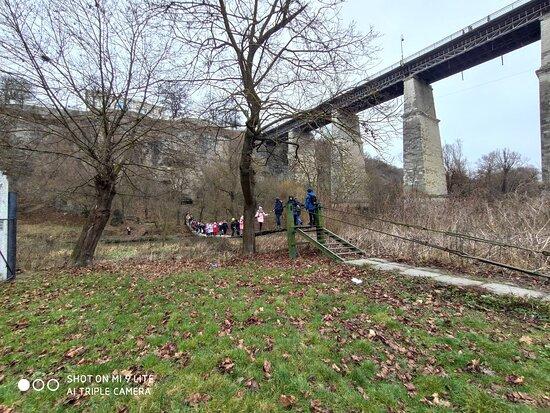Kamianets-Podilskyi, Ukraine: Экскурсии для детей в Каменце-Подольском не обходятся без прохождения по навесному мосту который находится возле Новоплановского моста.