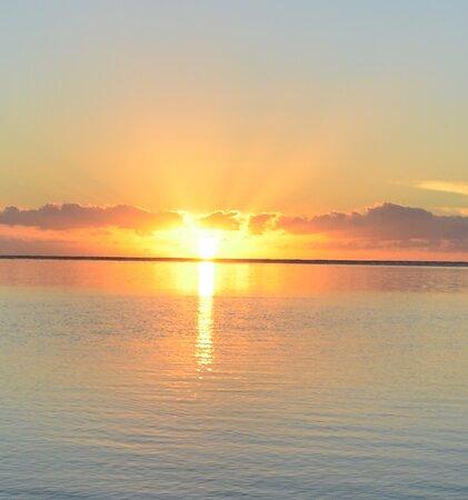 Μουρέα, Γαλλική Πολυνησία: Sunrise over the island of Tahiti - Moorea