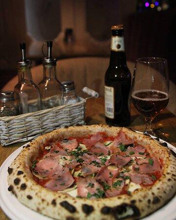 Что делают итальянцы по пятницам? Идут в любимое заведение с друзьями, чтобы поделиться новостями, навестить знакомых заведения, и съесть лучшую пиццу на их вкус.