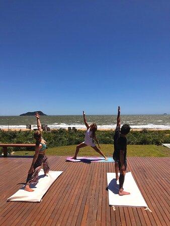 Com o propósito de trazer qualidade de vida e entretenimento através do esporte, oferecemos nossas aulas de Yoga. Com a professora Mechi Almiron (https://www.instagram.com/yogabuzios.mechi/), iniciamos nosso projeto toda quarta e sexta, às 9h.