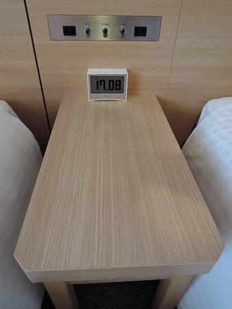 ベッドサイドテーブル 小物も置ける