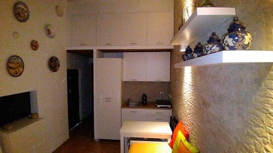 Kitchenette equipada com: Placa elétrica; Máquina de lavar louça; Microondas; Varinha mágica; Máquina de café; Pratos, copos, talheres, etc. Wi-fi; Manta corta fogo.