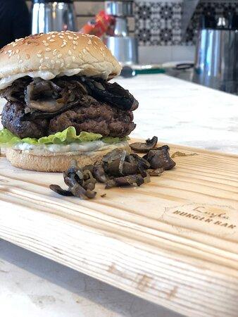 Deleitase con nuestro menú en Layla Burger Bar, dentro nuestras instalaciones, variedad de nuestras hamburguesas, desde la clásica con queso, hamburguesa de cordero, hamburguesa de atún, así como nuestras variedad de ensaladas y hummus.