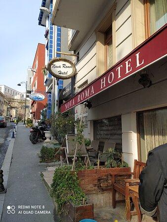 улочка на которой расположен отель