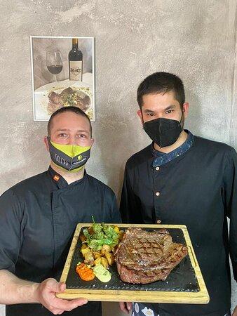 Nuestro chef y camarero con el chuletón de 1 kg de ternera añoja