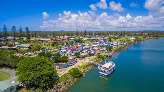 Yamba, Austrália: Held on the 4th Sunday of the month, located at Ford Park on the foreshore of the scenic Clarence River. The natural riverside location is the ideal backdrop for a relaxed morning market, trading from 9am till 2pm.