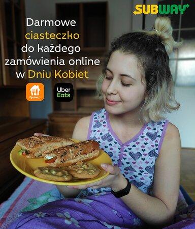 Dzień Kobiet się zbliża wielkimi krokami! Tylko 8 marca do każdego zamówienia z Pyszne.pl i Uber Eats dorzucamy gratisowe ciasteczko 😍 W tym roku świętujemy na słodko!
