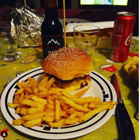 Perosa Argentina, إيطاليا: Topolone composto da hamburger, anelli di cipolla, bacon, pomodorini ... accompagnato da patatine fritte e birra artigianale