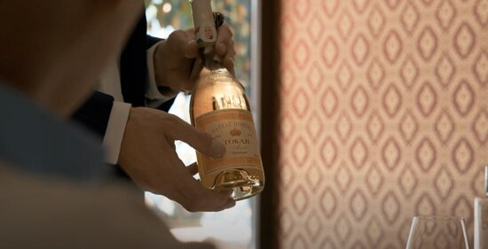 Nuestro Sommelier Giorgio presentando un #Tokaji de Château Dereszla, un vino húngaro dulce, elaborado con uvas afectadas con Botrytis.