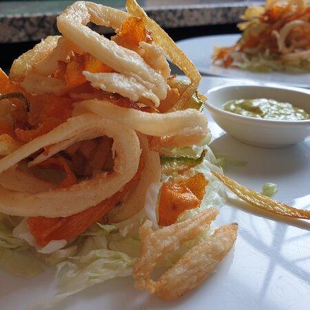 Calamari fritti con croccante di verdure colorate