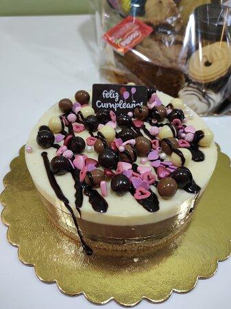 Tarta 3 chocolates decorada