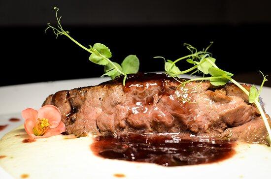 NY Strip Steak  u uaku od craft teranina i brusnice na pjenici od krumpira i pasternjaka