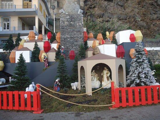 W drodze do Rum baru zaskoczyły mnie dekoracje świąteczne. Tu szopka przy kominie po starym  młynie cukrowym dosłownie kilkaset metrów od hotelu .