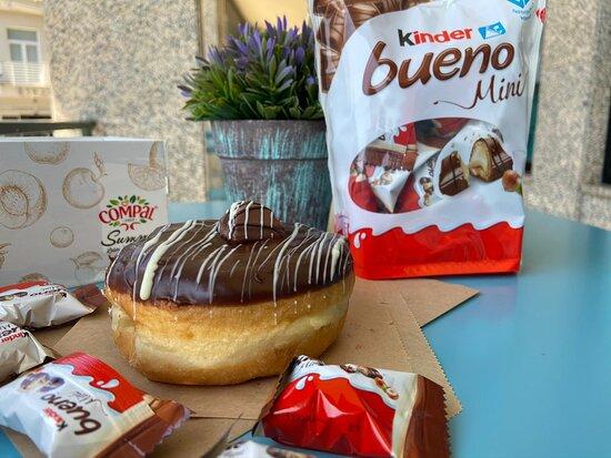 Kinder Bueno chocolate de leite - recheio de kinder bueno, mini bueno e riscos brancos
