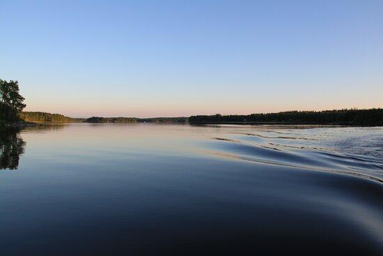 Båtsvall i skymningen på Lönern.